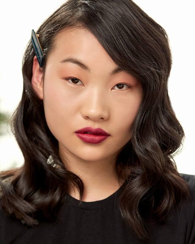 Weibliches Model mit brünettem, gewellten Haar